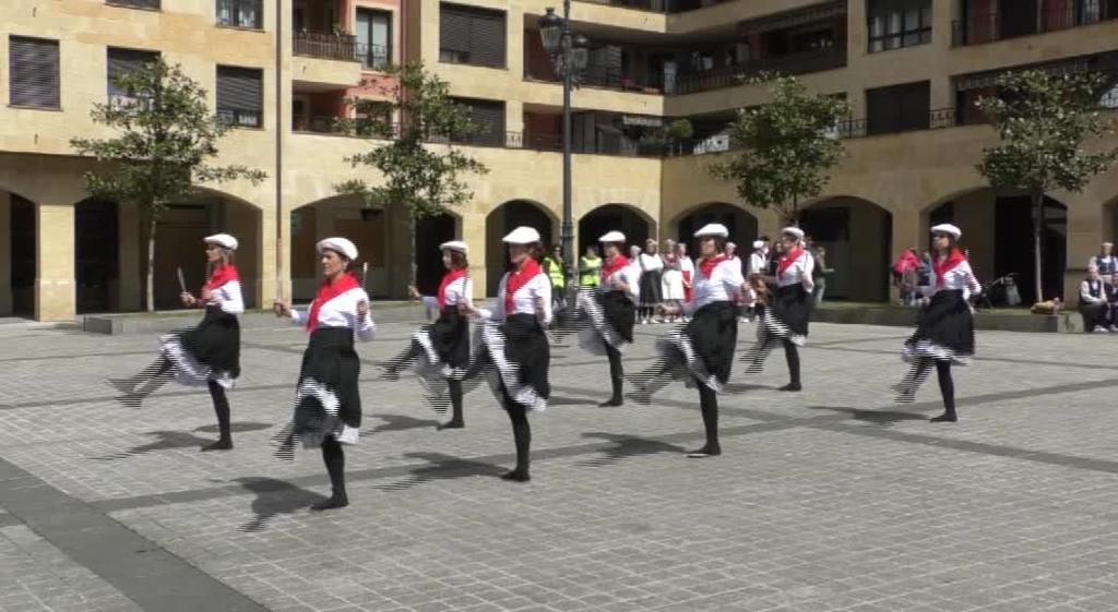 Dantzariz bete dira Lazkaoko kaleak Goierriko lehenengo dantzarien topaketarekin