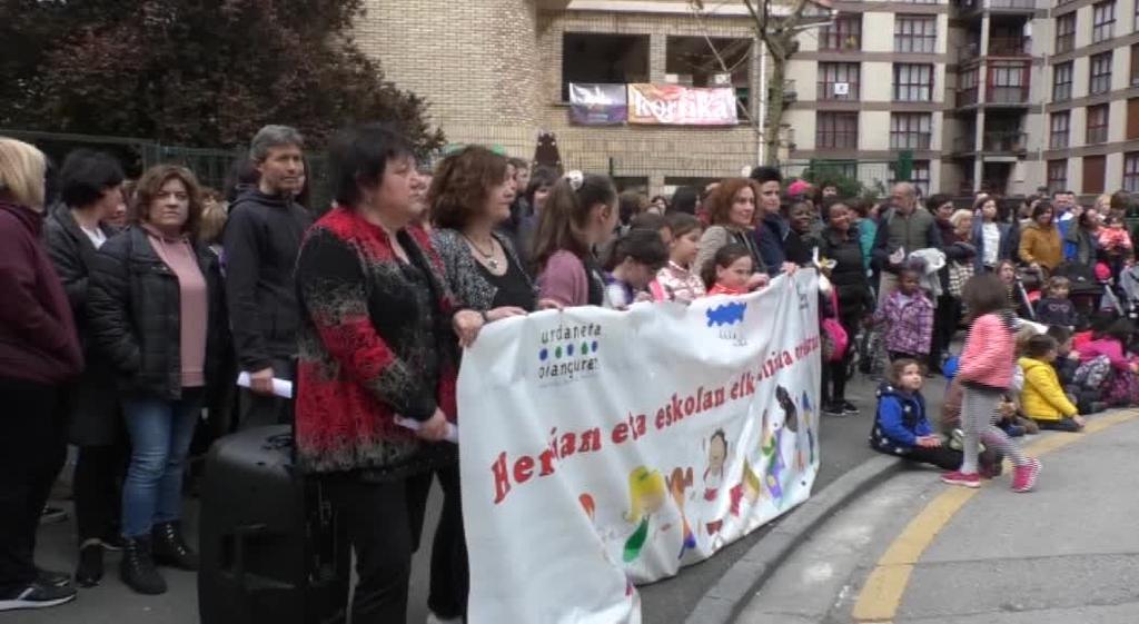 Herrian eta eskolan elkarbizitza orekatuaren alde elkartaratzea egin zuten