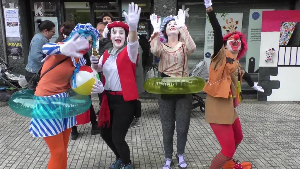 Mozorro festa kolorez eta musikaz alaitu zuten herritarrek