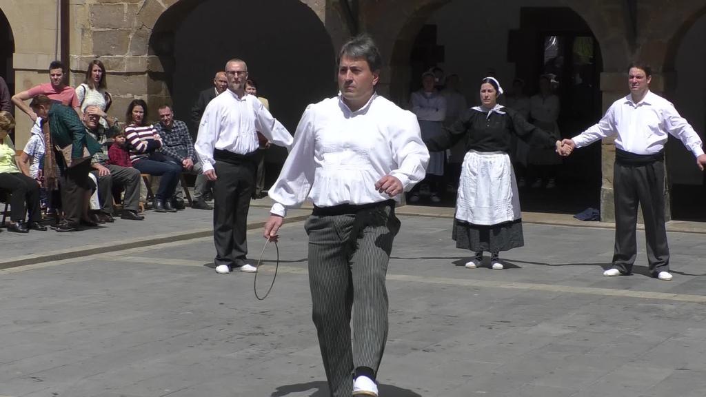 Herritarrei soka-dantza dantzatu zieten Udaleko agintariek
