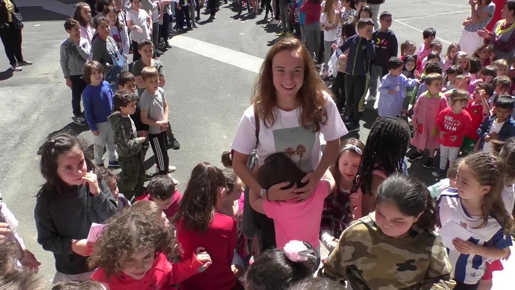 Murumendi eskolako ikasleek eta irakasleek omenaldia egin zien Ane Etxezarretari