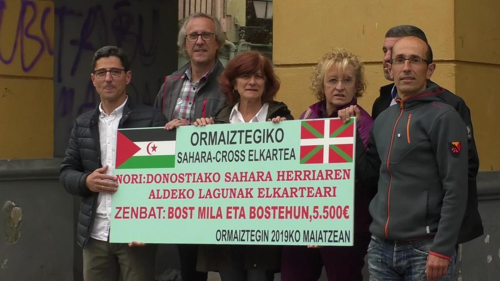 5.500 euroko txekea eman dio aurten Donostiako Sahara Herriaren Aldeko Lagunak Elkarteari