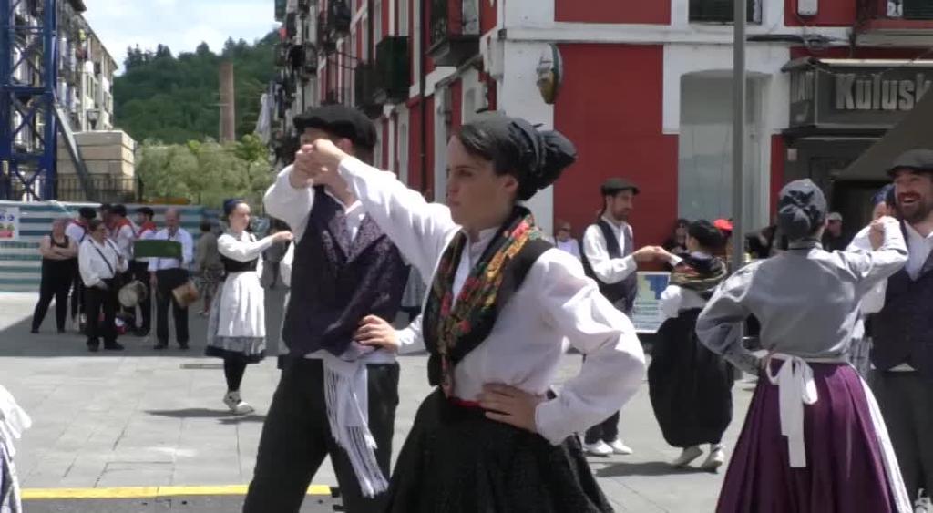 Euskal Herri osoko dantzariak etorri ziren Dantza Topaketen XIX. Egunera