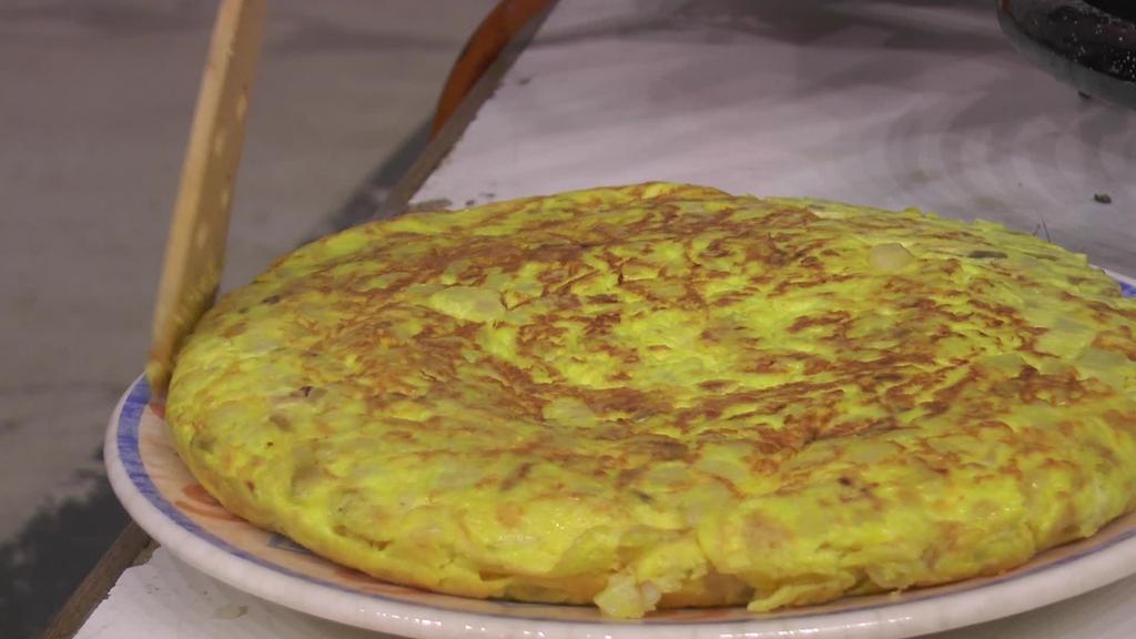 Patata tortilla lehiaketa galanta antolatu zuten Altzagako San Migel jaietan