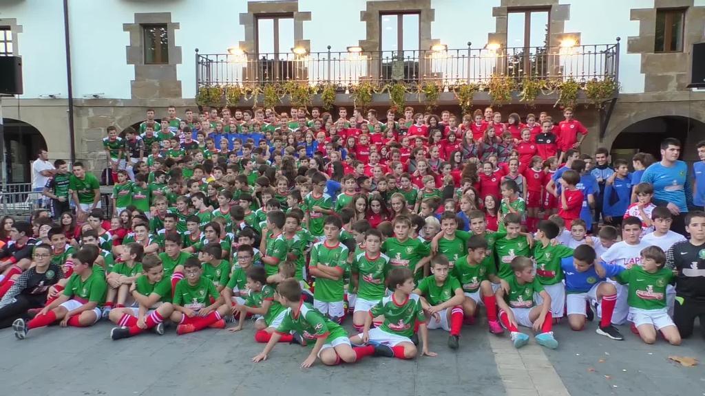 400 bat gaztetxo elkartu ziren Lazkaoko plazan kirol taldeen aurkezpena egiteko