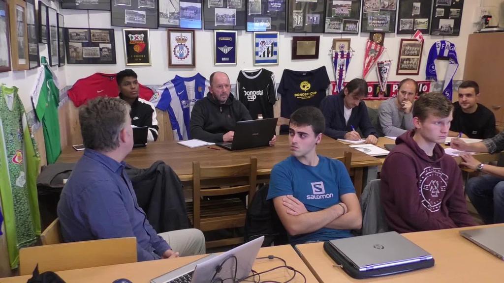 Futbol entrenatzaile izateko ikastaroa ematen ari dira euskaraz