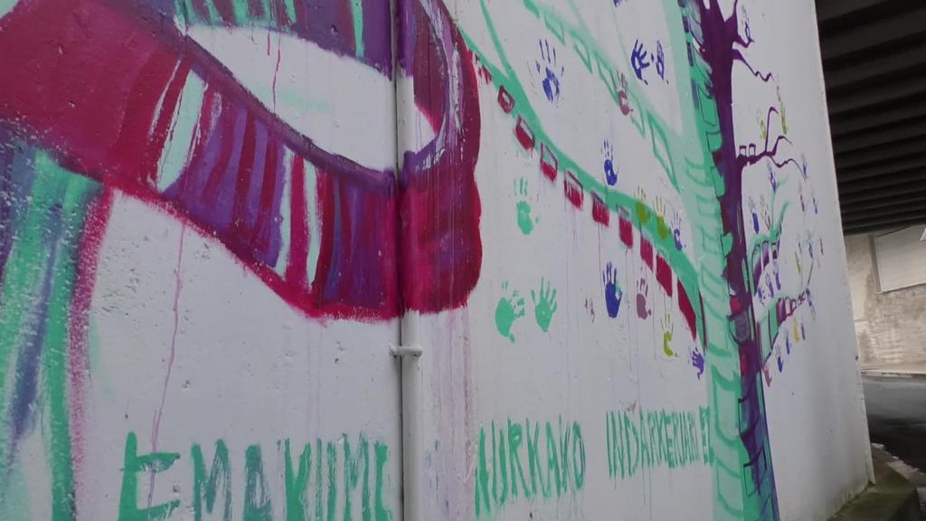 Ordiziako puntu beltzak azalduz mural margoketa egin zen atzo, emakumearenganako indarkeriaren aurkako egunean