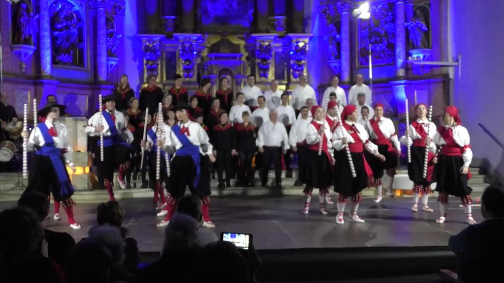 Ikuskizun ederra eskaini zuten Aurtzakak eta Loinatz Abesbatzak, dantza taldearen 40. urteurrenean