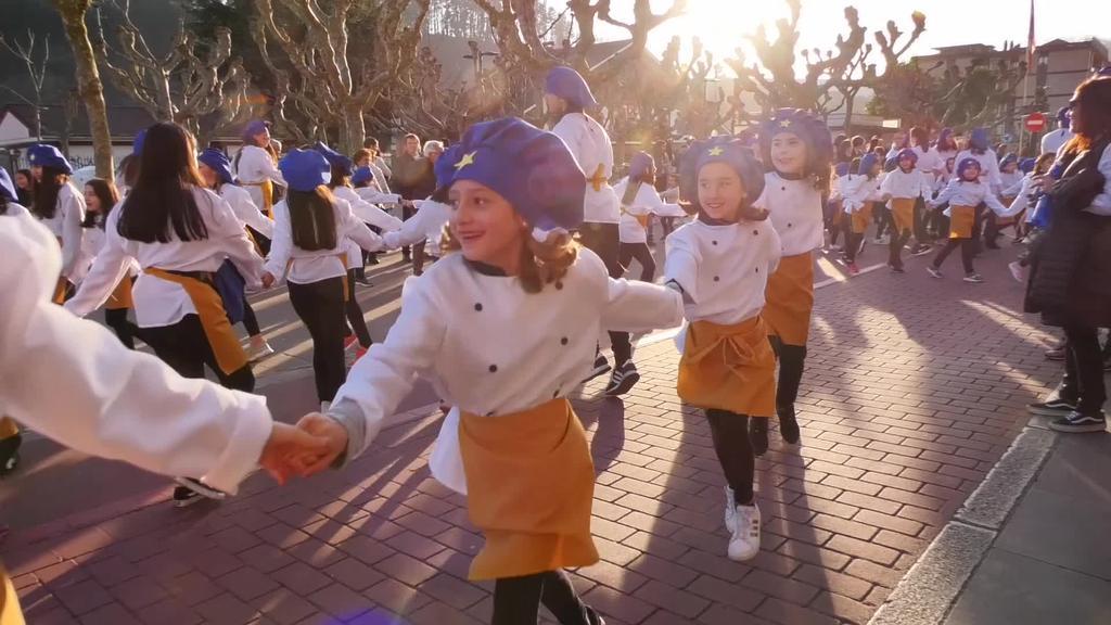 La Salle Ikastetxeko Izartxo taldeak mozorro desfile berezia 10. urteurrena ospatzeko