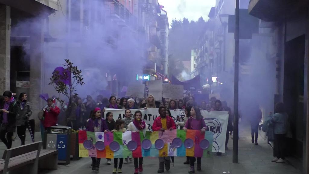 Eskualde mailako  manifestazioa egin zen aldarrikapenez eta kolorez betea