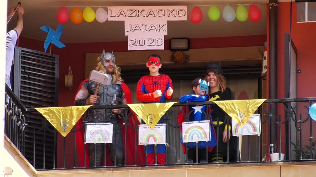 San Prudentzio jaiak ospatzeko mozorroz eta giro apartaz bete dira balkoiak