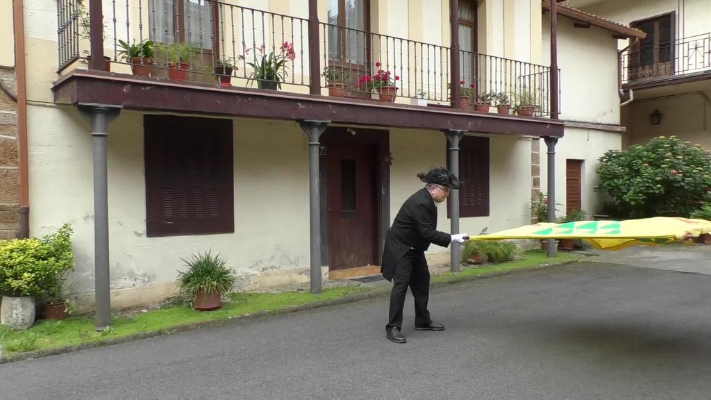 Beasaingo San Martin elizan urtero ospatzen den prozesioko banderazalea den Patxi Etxeberriarekin aritu gara
