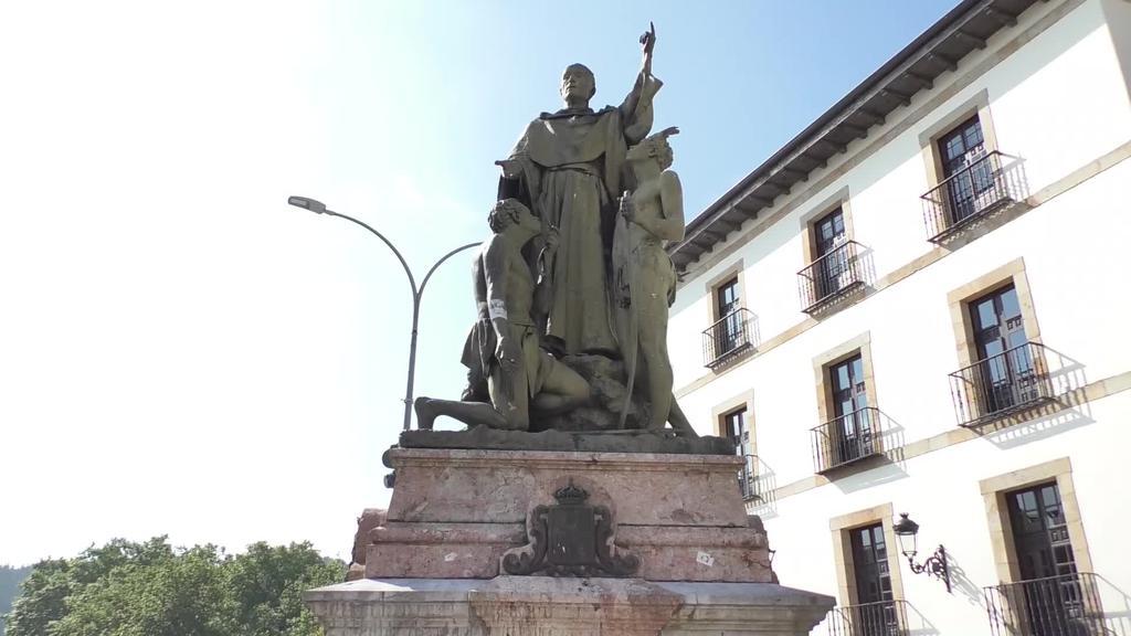 Urdanetako Andresen estatua kentzeko eskatu diote Udalari eskutitz ireki batean