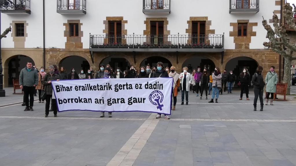 Lazkaoko Talde Feministak deituta elkarretaratzea egin zuten Aintzane Pujanaren erailketa salatzeko