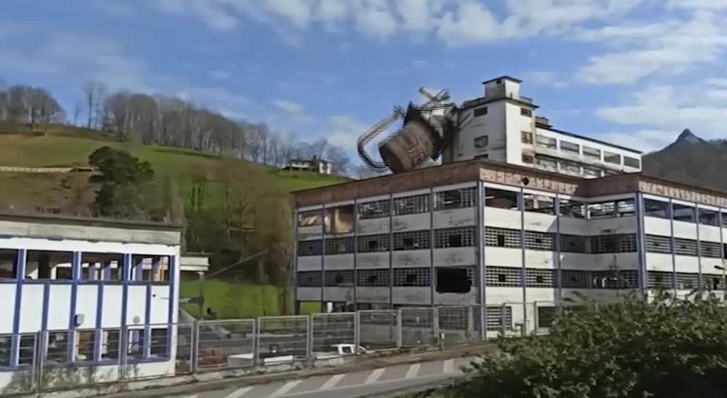 Bilore fabrikaren ikurra eraitsi dute