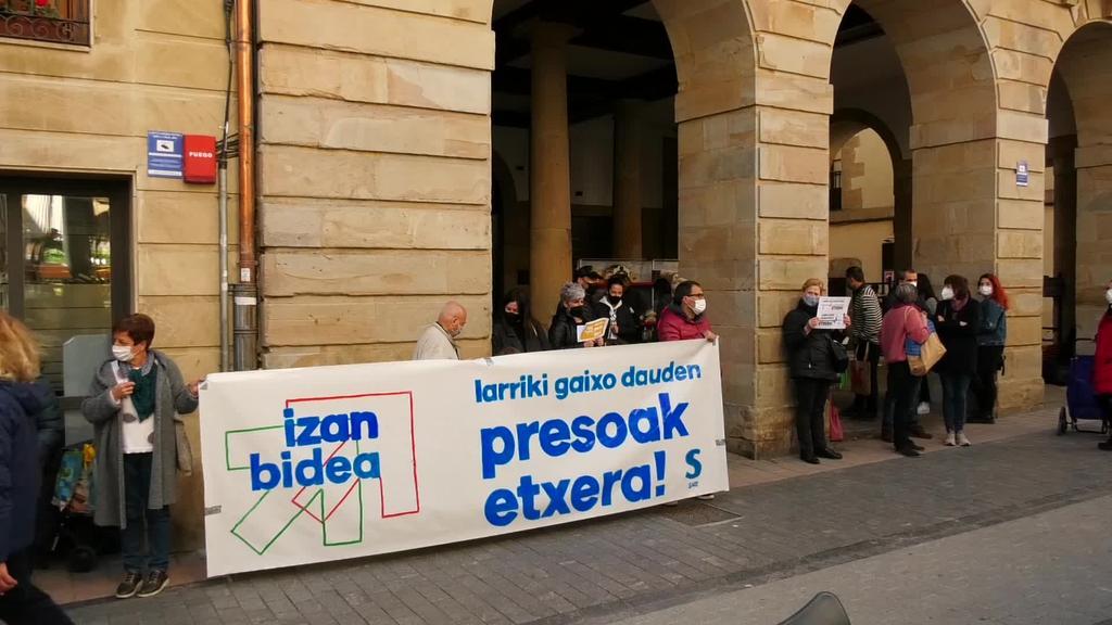 Larriki gaixo dauden presoen egoera gogora ekarri du Sare Herritarrak