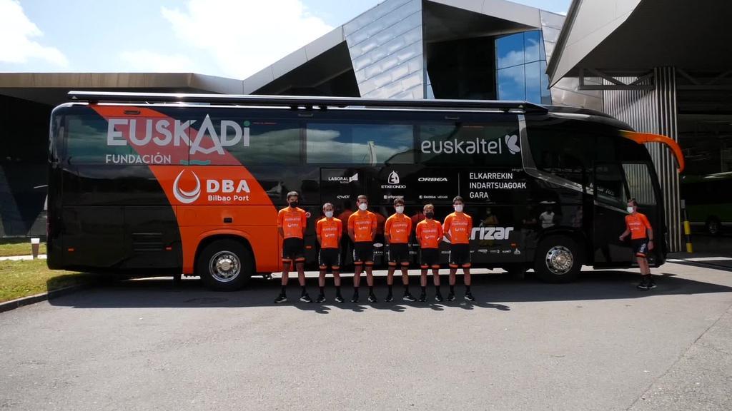 Euskaltel-euskadi taldeak erabiliko duen Irizar i6S autobusa aurkeztu dute