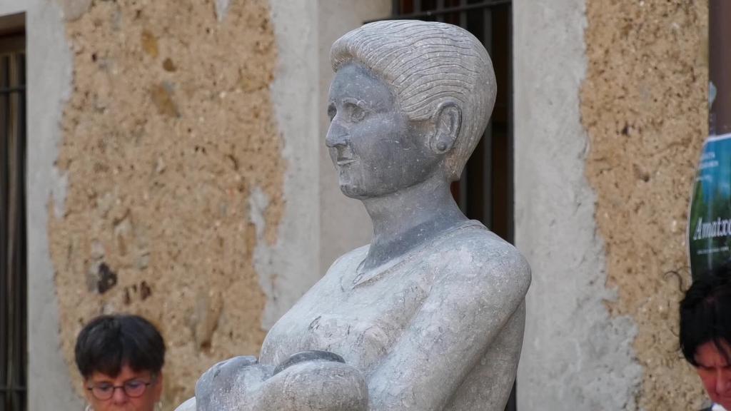 Ama eta gerrako emakumeen omenezko bi eskultura jaso ditu Urtsuaranek