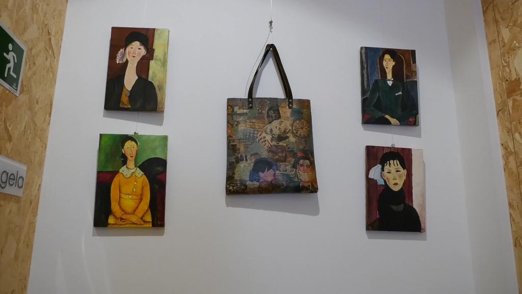 Ormaiztegiko gizarte etxeko tabernan Belen Iza artistaren arte erakusketa