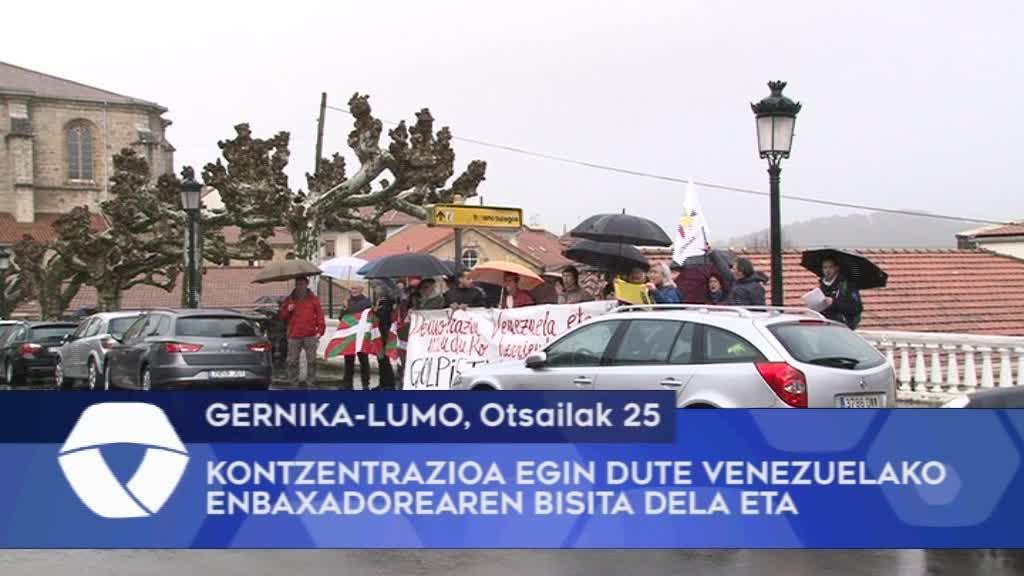 Kontzentrazioa egin dute Gernika-Lumoko Batzar Etxearen aurrean Venezuelako enbaxadorearen bisita dela eta