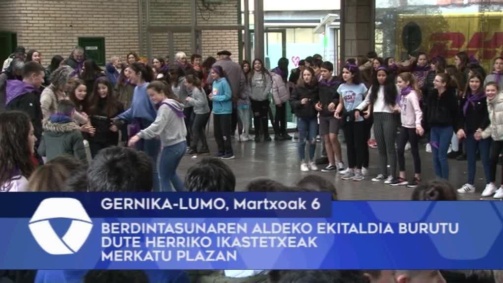 Berdintasunaren aldeko ekitaldia burutu dute Gernika-Lumoko ikastetxeak Merkatu Plazan