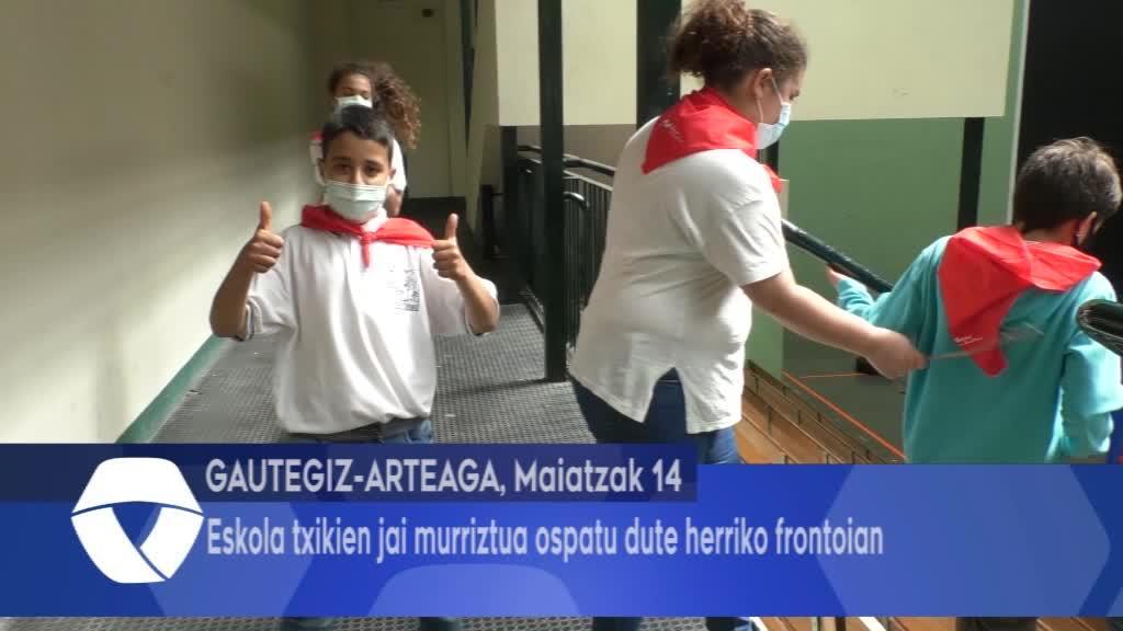Eskola txikien jai murriztua ospatu dute herriko frontoian