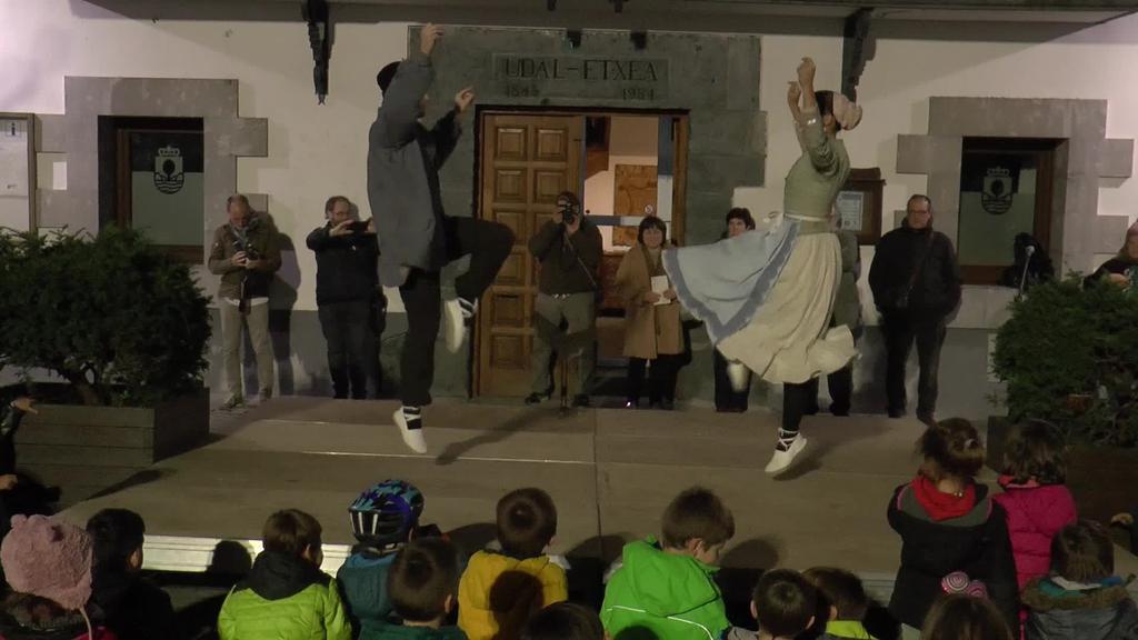 Hirugarren urtez jarraian Euskal Herriko Dantza Txapelketa  irabazi ondoren, Irurako udaletxean utzi dute garaikurra