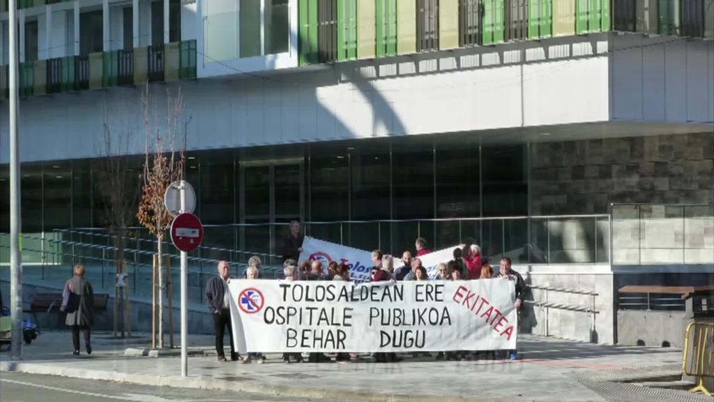 TOPA-K, Tolosalderako ospitale publikoaren aldeko  aldarria egin du Eibarko ospitale berriaren aurrean