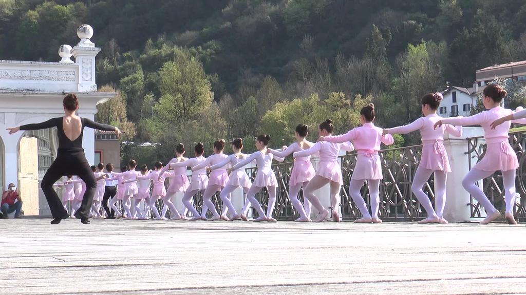 Ballet dantzariek Zerkausiko barandan eskaini zuten ikuskizuna
