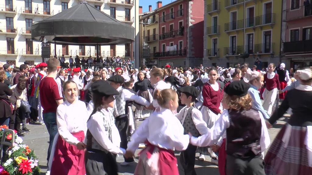 400 haur inguruk hartu zuten parte Udaberri Dantza Taldearen Dantzari Txiki egunean