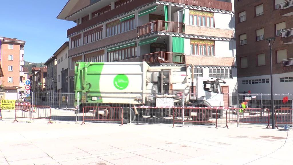 Geroz eta gutxiago herriko plaza eraberrituta ikusteko
