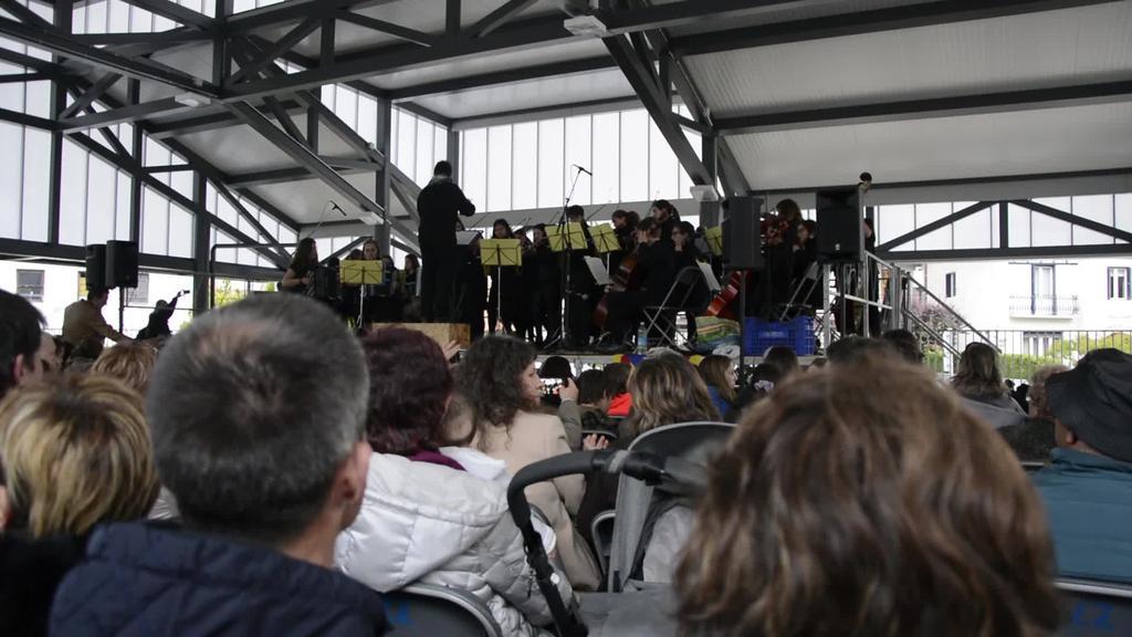 Villafranca Del Penedes eta Loatzo musika eskolek elkartrukea egin dute plazan