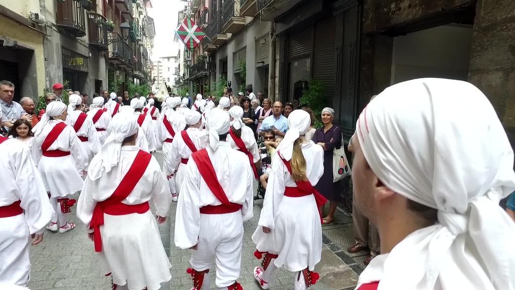 Prozesioak Tolosako kaleak igaro ditu, askorentzat, San Joan eguneko momenturik bereziena