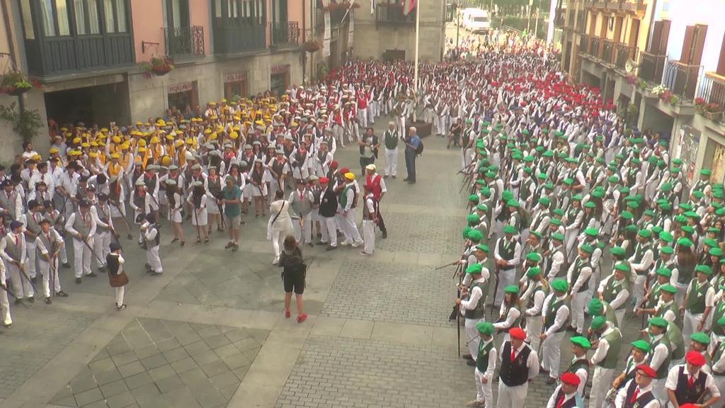 Tiro hotsa eta bolbora usaina San Joan egunean