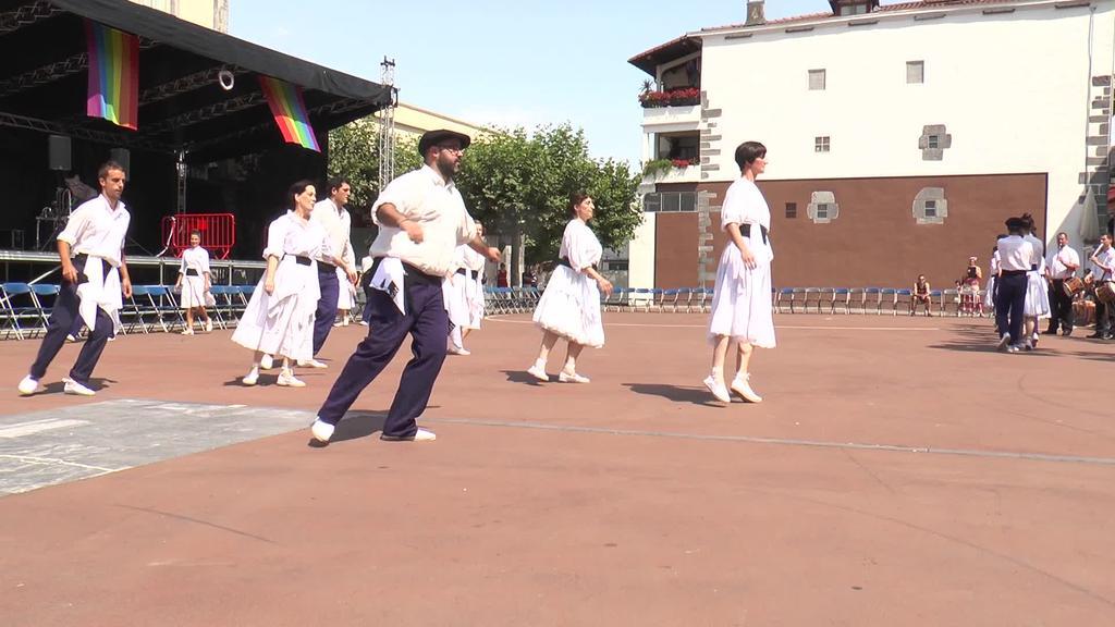 Tradizioak aginduta, Santio Egunean soka dantza ospatu da Errebote plazan