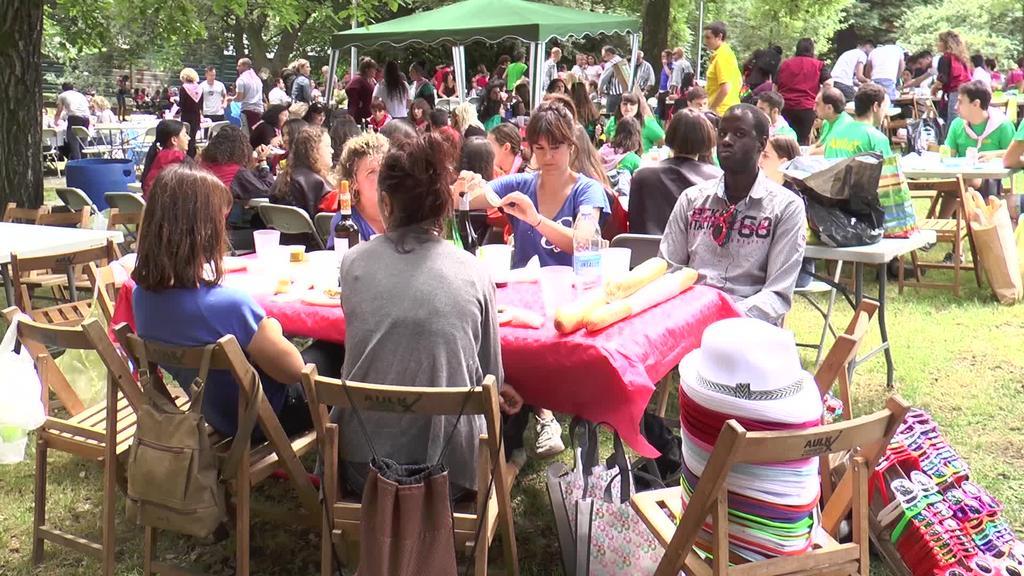 Lagun taldeak mahaiaren bueltan elkartu dira Kuadrilen egunean