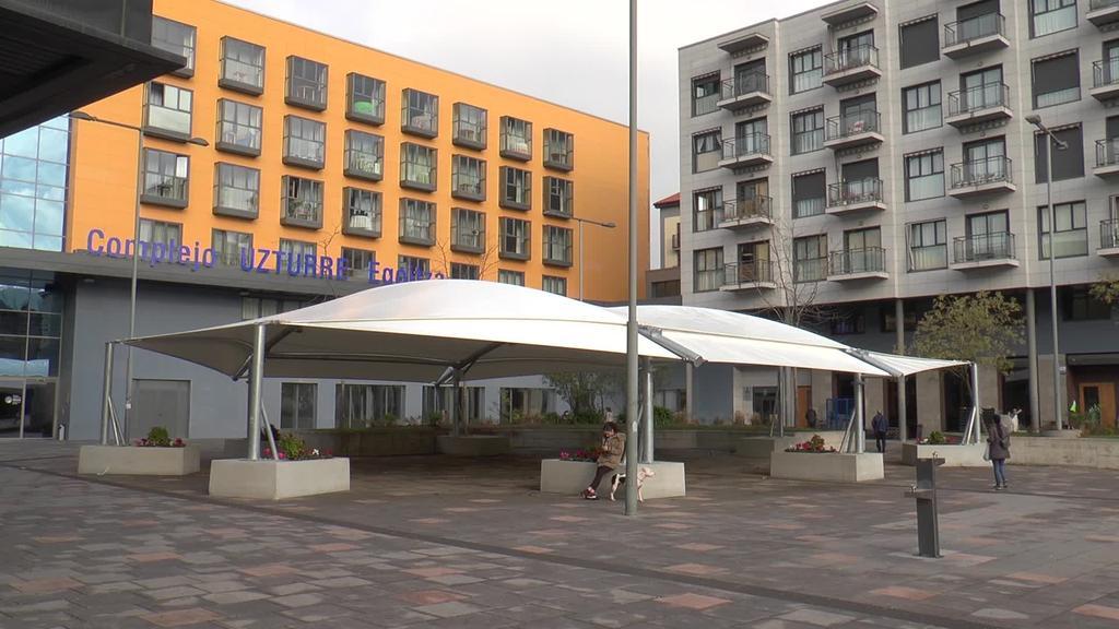 Tolosako Udalak estalkia eraiki du Alondegia plazan
