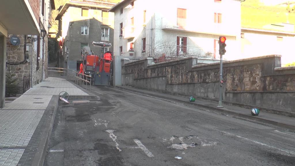 Ibarran hiru gune asfaltatzeko lanak hasi dira