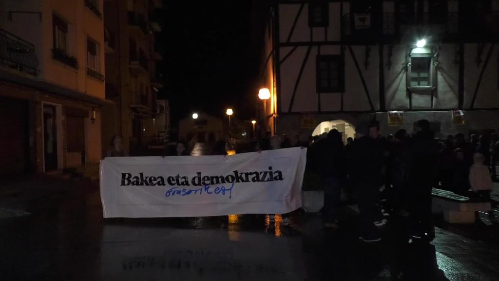 """""""Bakea eta demokrazia, erasorik ez!"""" lelopean manifestazioa Lizartzan"""
