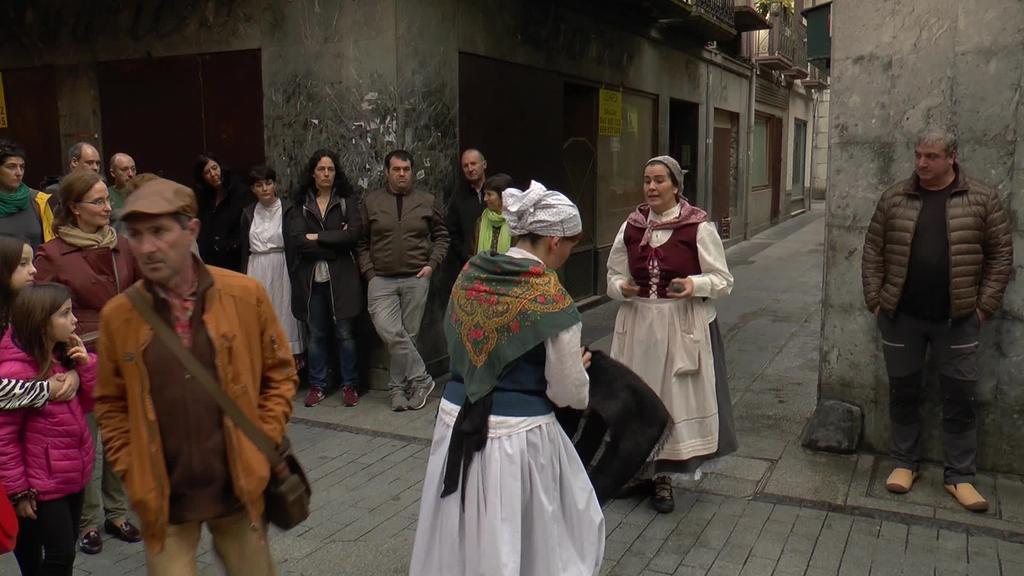 Antzerkiaren eta bisita gidatuaren bidez, Tolosako sagardotegien historia ezagutuz