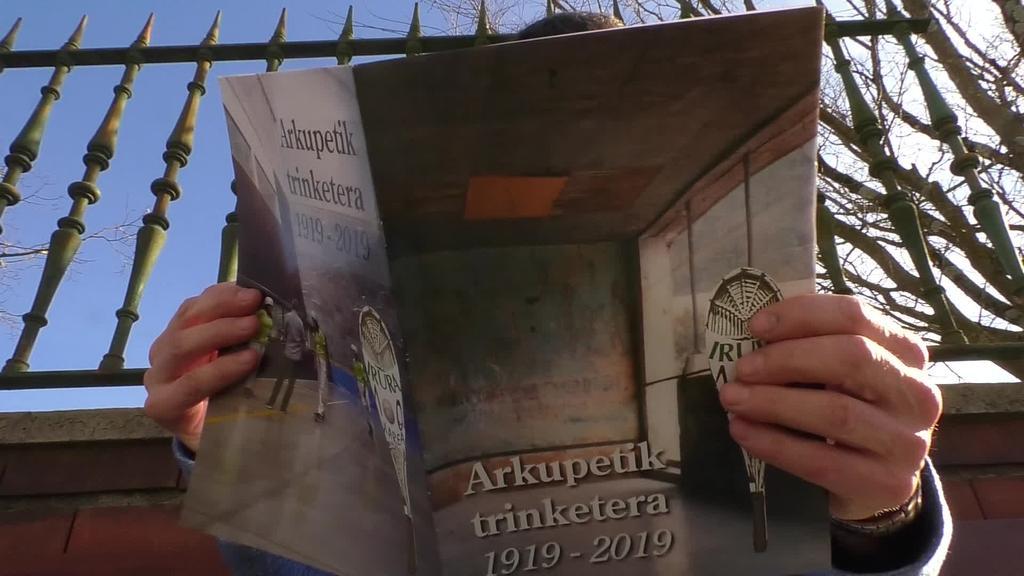 """Xarearen historia biltzen duen """"Arkupetik trinketera  1919-2019"""" aldizkaria kaleratu du Irurako Udalak"""