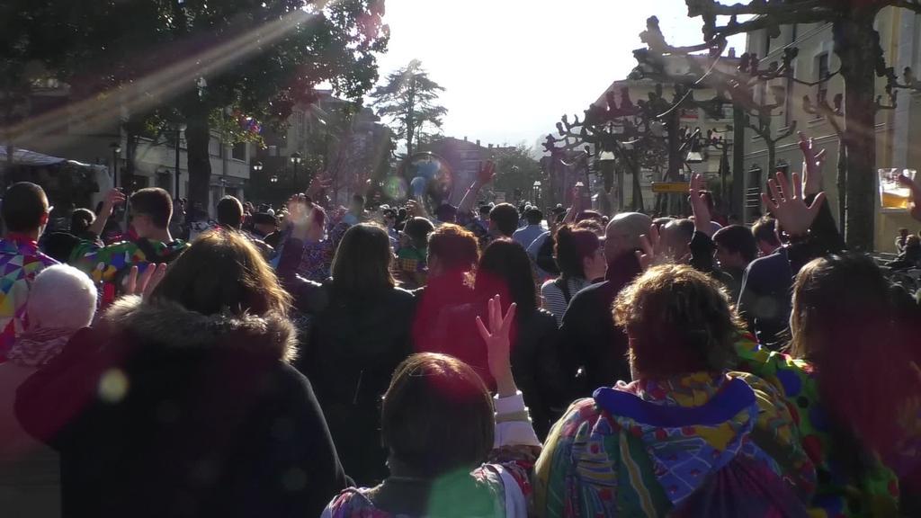 Festari hasiera eman eta txarangen erritmoari jarraituz, zezen plazan bildu da jendea