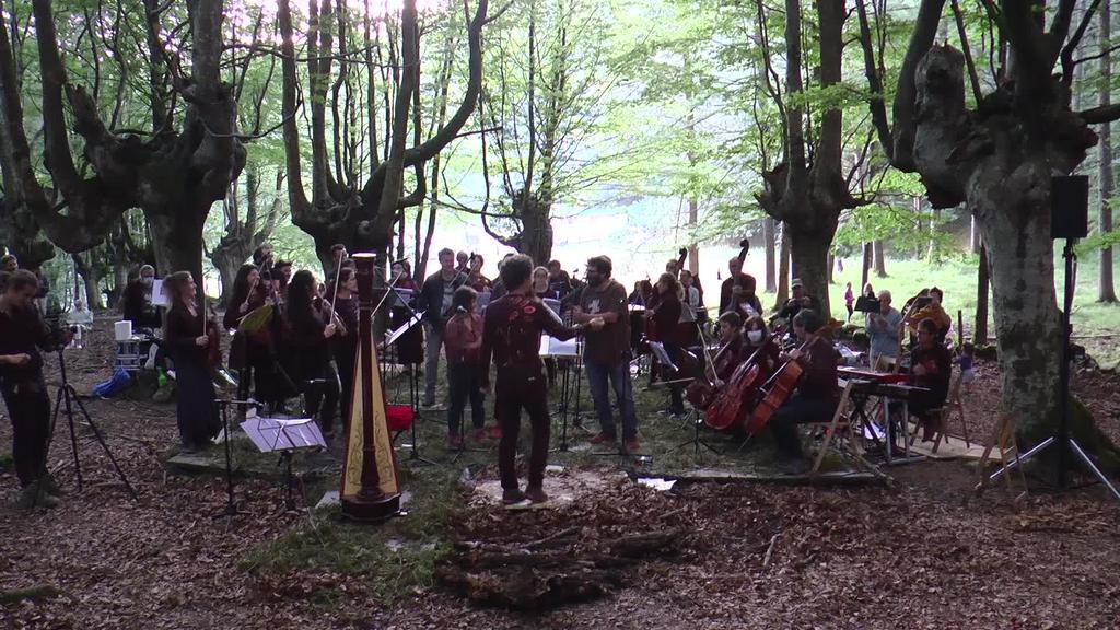 Udako solstizioarekin batera, orkestra doinuak Urkizun