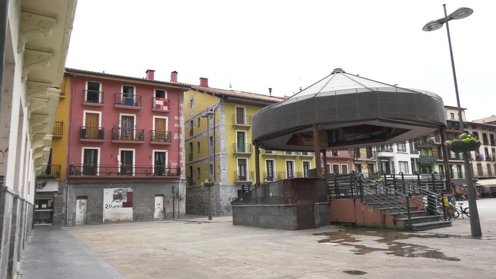Larunbat gauean 150 herritar sakabanatu zituzten Tolosako Antonio Lekuona kalean