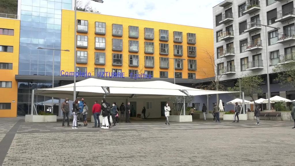 PCR probak Alondegia plazan egiten hasi dira