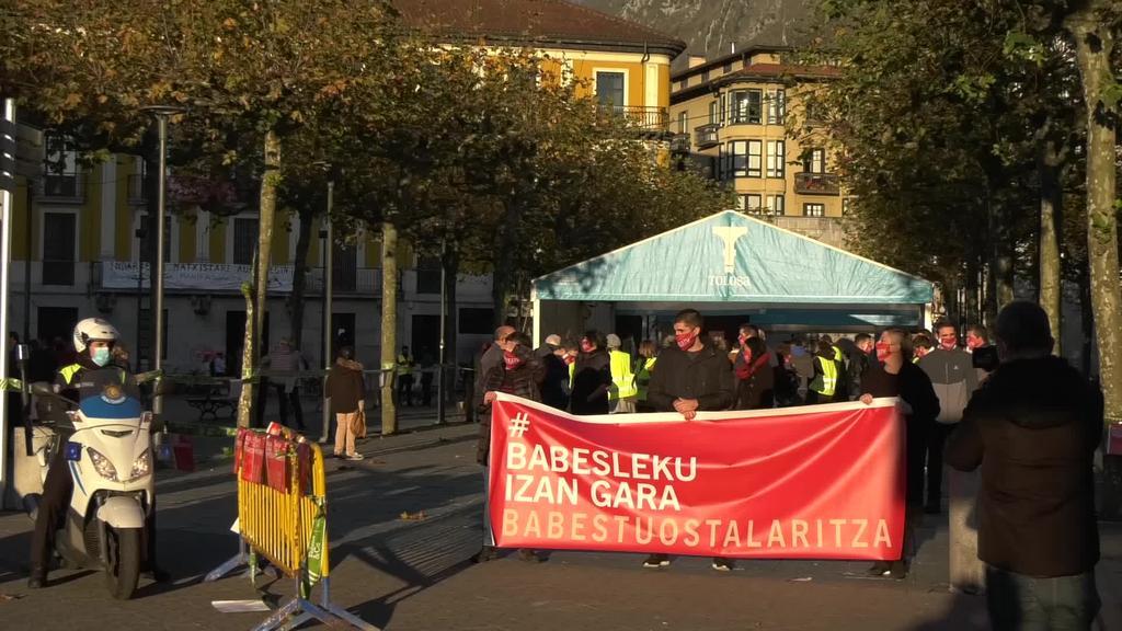 Manifestazio jendetsua egin dute Tolosan ostalaritzari babesa adierazteko