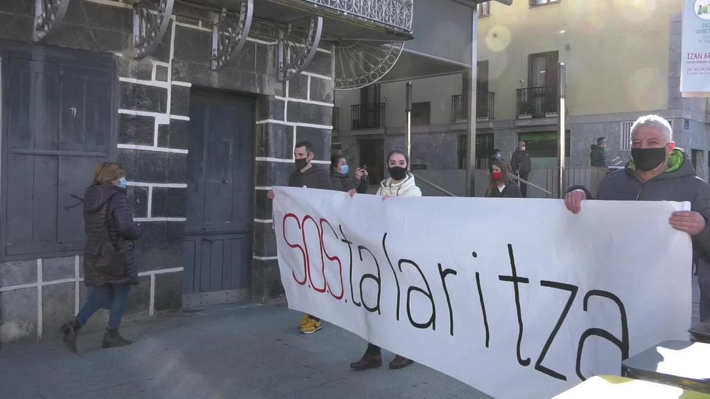 Amasa-Villabonako ostalariek bizi duten egoera salatzeko manifestazioa egin dute