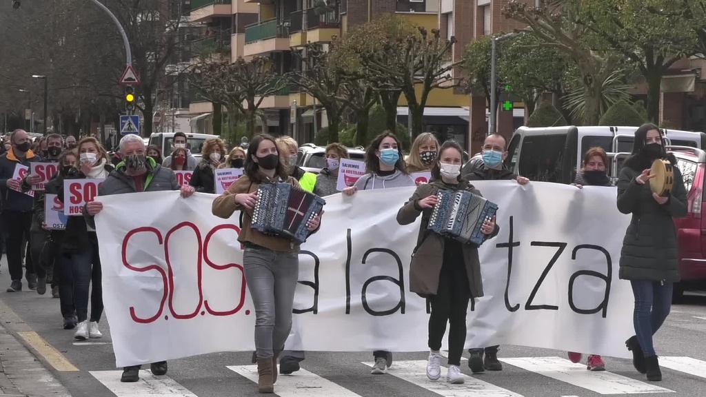 Herritarrek bat egin zuten ostalariek deituriko manifestazioarekin