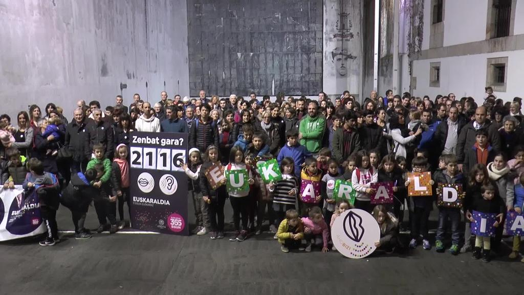 Euskaraldiaren amaiera ekitaldia izan da Azkoitiko plazan