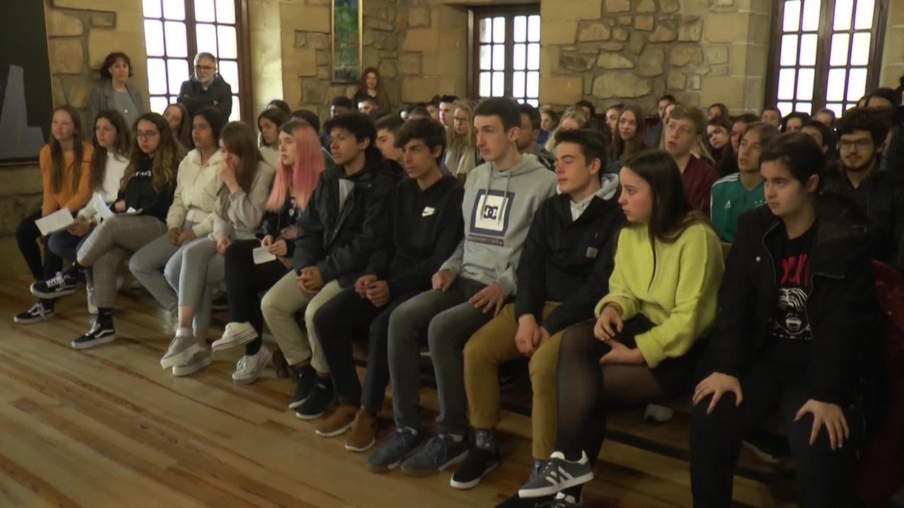 Antonianoko Erasmus + programan parte hartzen ari diren Herbereetako ikasleei eta irakasleei harrera egin die Udalak